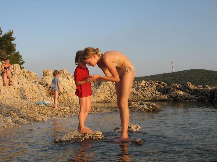Nackte Frauen am Strand baden
